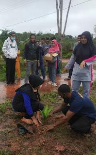 Karang taruna Tuah Bakti Desa Linau bersama dengan DLH  kabupaten lingga lakukan penanaman ratusan bibit pohon pinang