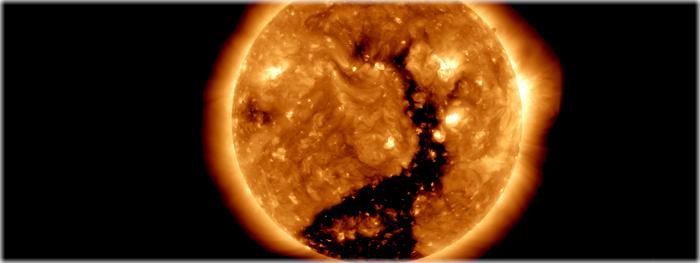 um grande buraco coronal de frente com a Terra