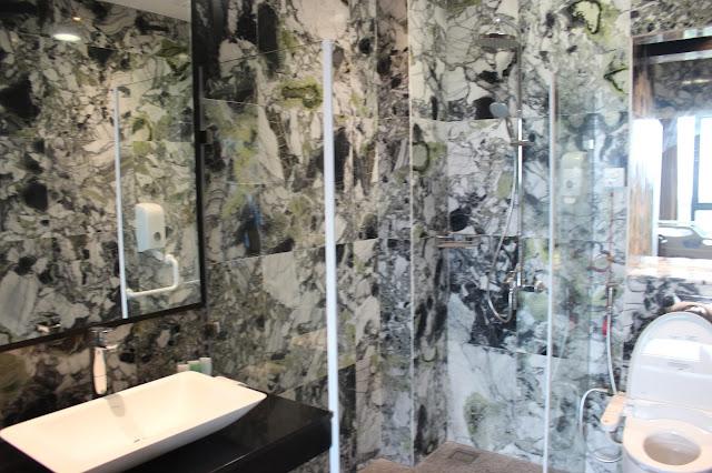 toilet di Ruang Perawatan di Gleneagles Sabah