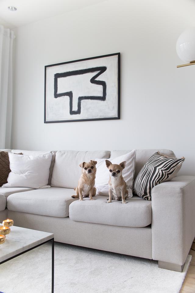 Villa H, abstrakti taide, maalaus, diy, chihuahua, koirat, flos ic f2 valaisin, olohuoneen sisustus, klassinen koti