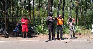 Bersama Warga Babinsa Evakuasi Pohon Tumbang