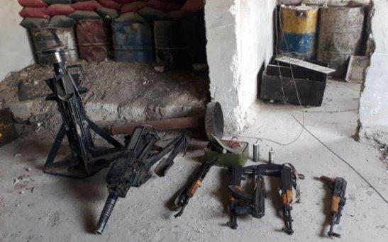 بالفيديو العثورعلى أسلحة وذخيرة بينها صواريخ أمريكية في مزارع ببيلا بريف دمشق