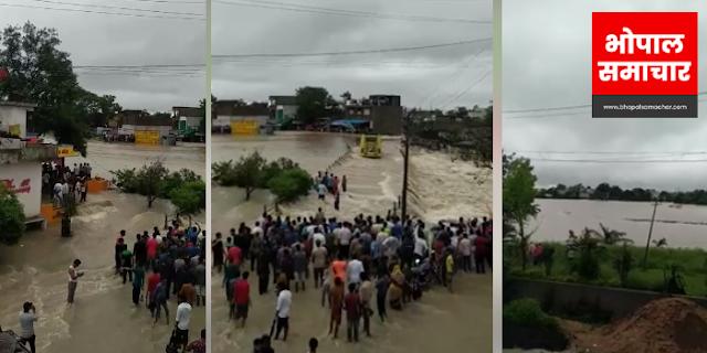 DHAR: पुलिया बाढ़ में डूबी थी, फिर भी यात्री बस घुसा