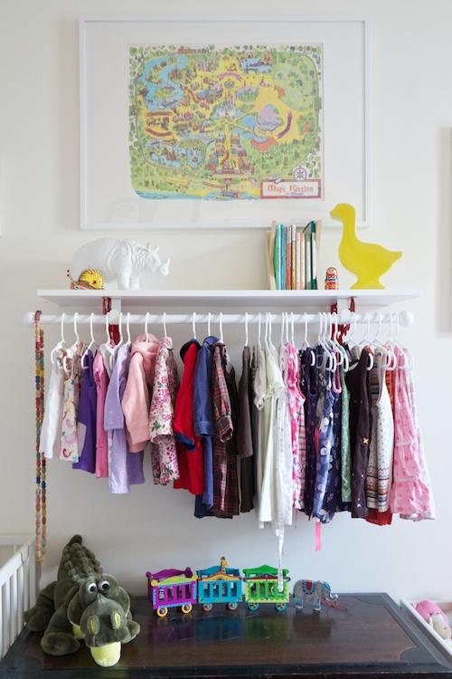 barra con ropa a la vista en dormitorio infantil
