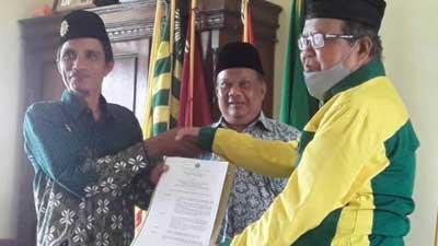 Thamrin KN menyerahkan SK pengesahan berdirinya Ranting Muhammadiyah di Nagari Maligi