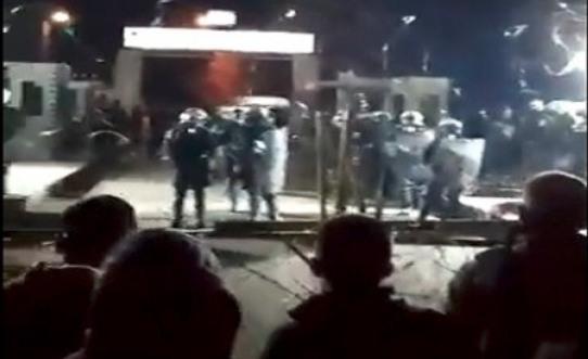 Τούρκοι στρατιώτες έβγαλαν όπλα και πυροβολούν στον αέρα για να αναγκάσουν τους Μετανάστες να μπουν στην Ελλάδα.