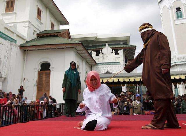 Кара за измену: в Индии муж избил жену палкой и «пустил по рукам»