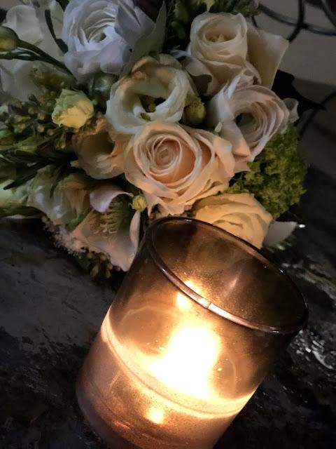 Brautstrauß und Kerzenlicht, Winterhochzeit in Garmisch-Partenkirchen, 4Eck Restaurant, heiraten in Garmisch, Hochzeitslocation, standesamtliche Trauung, Hochzeitsplanung 4 weddings & events, Hochzeitsplanerin Uschi Glas