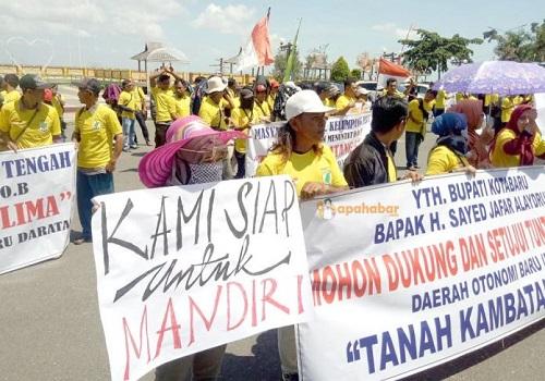 Ratusan warga saat menuntut pemekaran Kabupaten Kambatang Lima