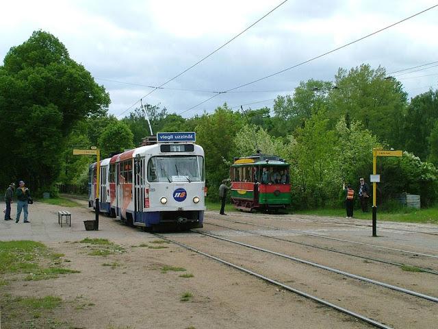"""19 мая 2004 года. Рига. G/P """"2. Meža kapi"""". Промежуточный круг линии на Межапаркс. 11-й маршрут и ретро-трамвай"""