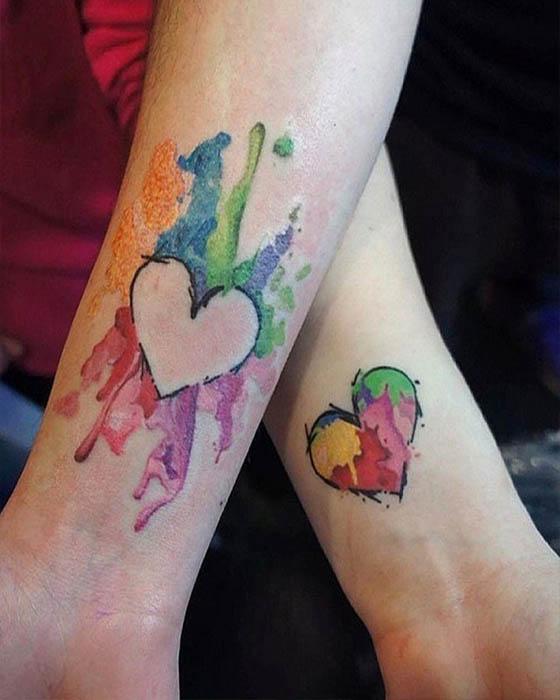 tatuaje corazón de colores antebrazo pareja