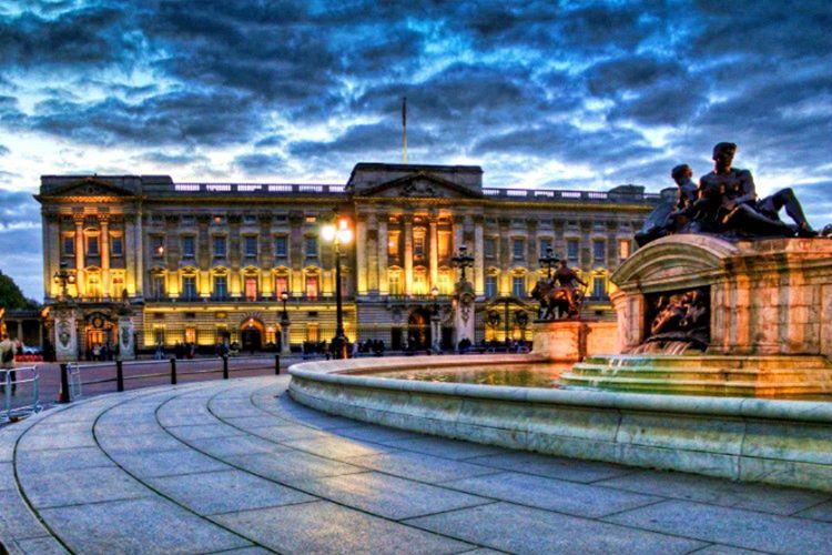 Buckingham Sarayı fotoğrafları genellikle sarayın kendi fotoğrafçısı tarafından çekilmektedir.