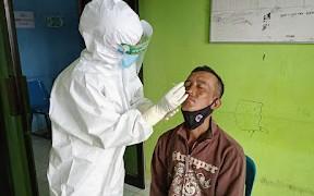 80 Pekerja PT Adhi Karya Jalani Sweb Antigen, Hasilnya Masih Sama Tim Medis