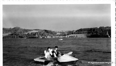 Photo ancienne noir et blanc: vacances, mer bateau