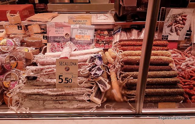 Balcão de embutidos no Mercado da Boqueria, Barcelona