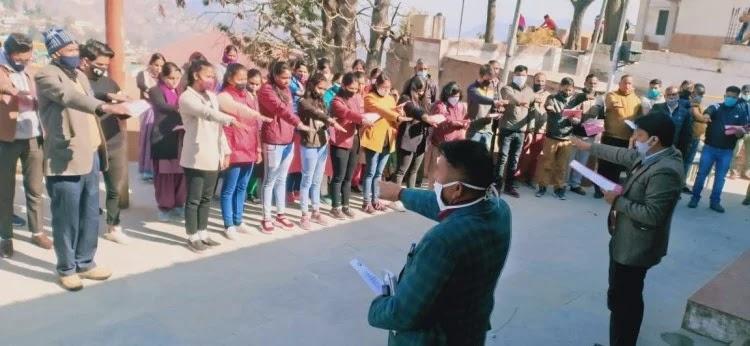 अल्मोड़ा थें कर्मचारियों, अधिकारियों समेत अन्य लोगों को मतदाता शपथ दिलाते डीएम नितिन सिंह भदौरि