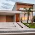Fachada de casa térrea com pé direito duplo, estilo contemporâneo, madeira e vidro!