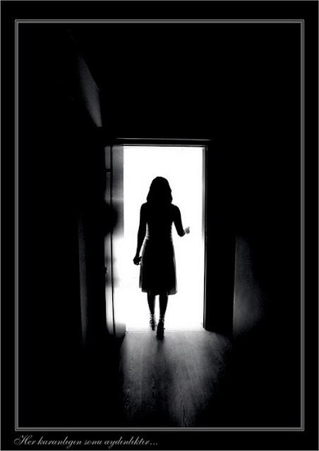 Fotografía de una chica que es clavada a la porta de The Dead Room