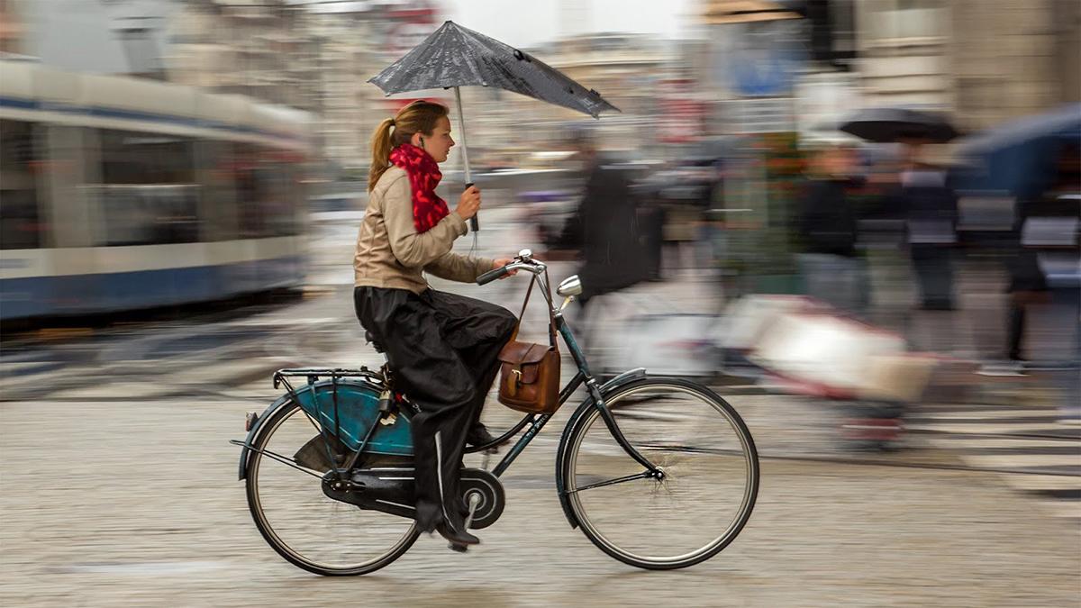 cewek cantik dan indah naik sepeda rambut pirang