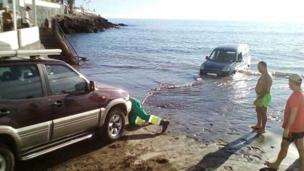 Un coche amanece dentro del agua de la playa de ojos de Garza, Telde