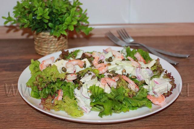 рецепт салата с креветками, яблоками и огурцом