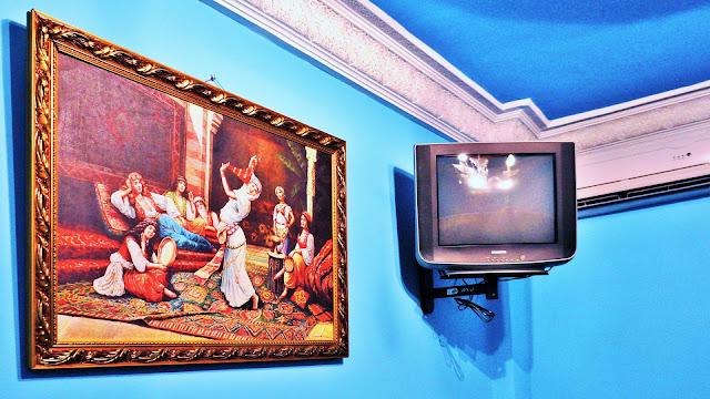 Изображение телевизора и картины в номере отеля, Касабланка