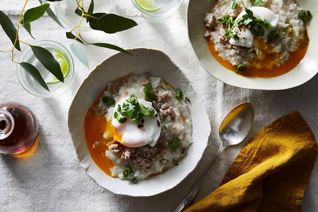 Nếu có dịp đến thăm xứ chùa vàng, bạn không nên bỏ qua cơ hội dùng thử món cháo ở đây. Người Thái rất thích ăn cháo và họ có thể dùng món này trong cả bữa trưa lẫn bữa tối. Cháo Thái Lan được nấu bằng loại gạo hạt ngắn, ninh nhừ, ăn kèm cùng trứng gà, thịt lợn (hoặc bò) băm và rau mùi. Biến thể của món này, khao tom cũng là một lựa chọn thú vị cho bữa sáng. Khao tom sử dụng loại gạo hạt dài và thành phần ăn kèm chủ yếu có hải sản, rau mùi, trứng...
