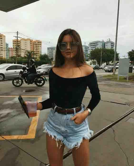 Short jeans e blusa ombro a ombro