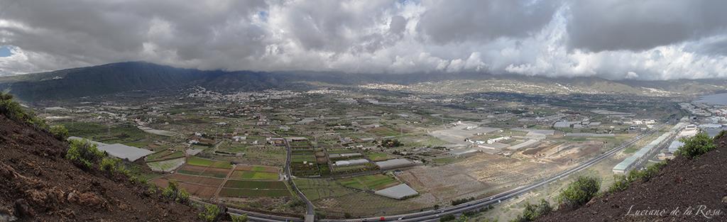 Panorámica del Valle de Güímar tomada desde la cima de Montaña Grande, el punto más alto de la Reserva Natural Especial de Malpaís Güímar.