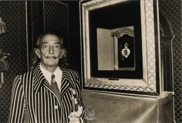 Salvador Dali ao lado de sua obra Royal Heart