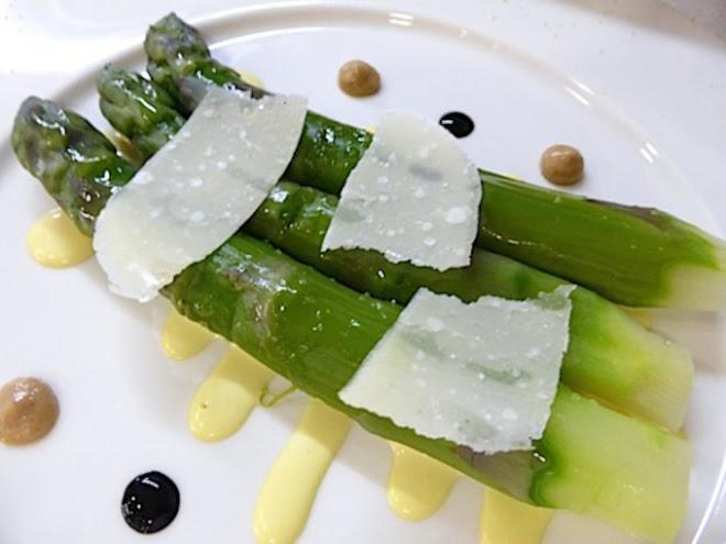 Grosses asperges vertes de pays, vinaigrette au jaune d'oeuf dur