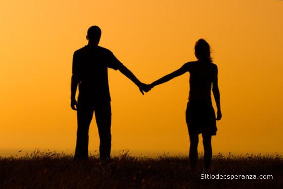 Pareja de enamorados tomados de la mano