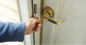 tangan sedang mengunci pintu