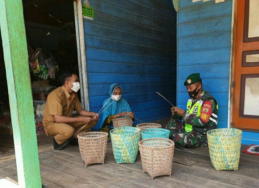 Tingkatkan Silaturahmi, Babinsa Desa Seleman Lakukan Komsos Dengan Pengrajin Keranjang