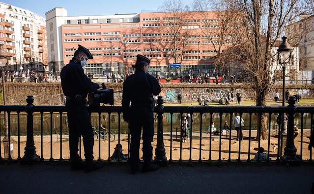 Δύο γυναίκες, σε βάρος των οποίων υπάρχουν υποψίες ότι παρέσυραν με ένα ηλεκτρικό πατίνι, στο κέντρο του Παρισιού, μια Ιταλίδα 32 ετών, που τελικά πέθανε, συνελήφθησαν σήμερα(24/6) και έχουν τεθεί υπό κράτηση, μετέδωσε το Γαλλικό Πρακτορείο επικαλούμενο την εισαγγελία της γαλλικής πρωτεύουσας.