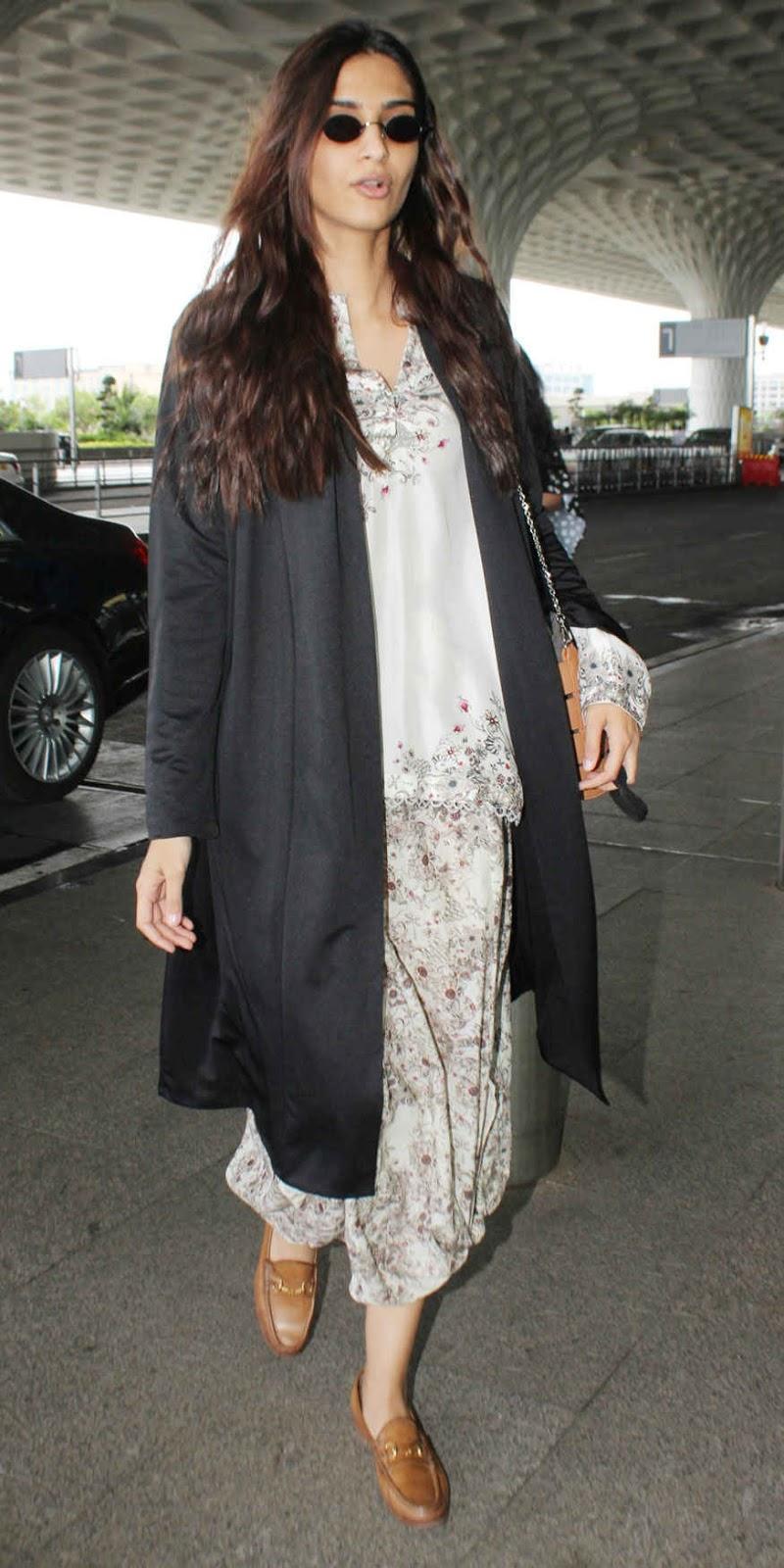 Sonam Kapoor Snapped at Mumbai Airport