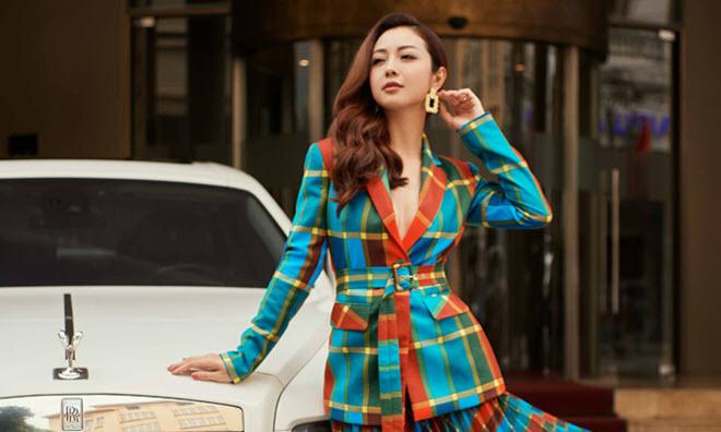 Jennifer Phạm diện đồ công sở khoe dáng
