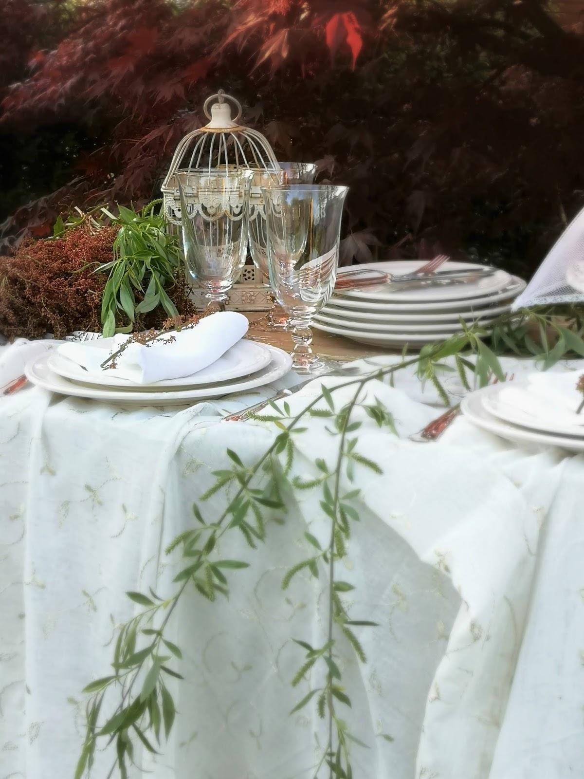 apparecchiare una tavola in giardino
