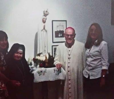 Alicia Kirchner com o falecido Mons Di Monte no mosteiro não canônico de freiras, um local de reunião do esquema de corrupção.