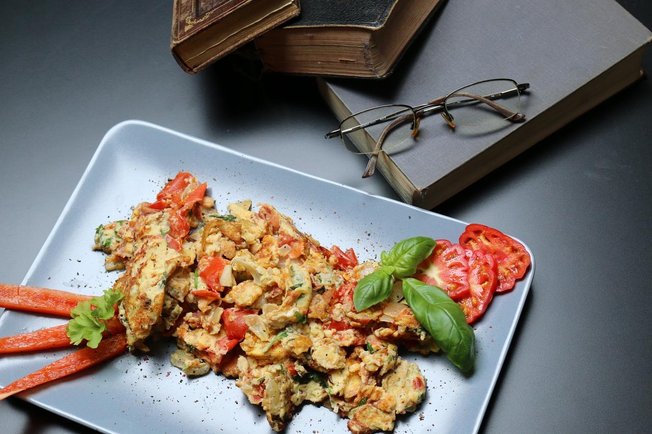 Domowe pichcenie: Jajecznica z pomidorami zapiekana z serem.