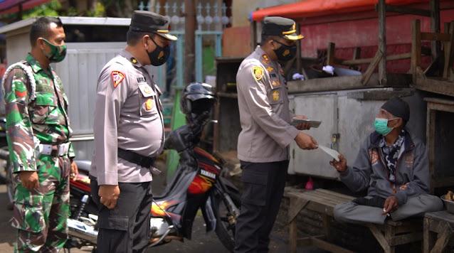 Blusukan ke Pasar Ngadirojo, Kapolres Wonogiri Bagikan Ribuan Masker