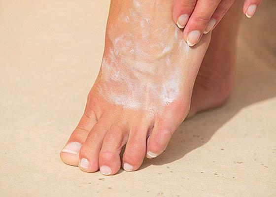 Lembabkan kaki dengan mengoleskan hand and body lotion