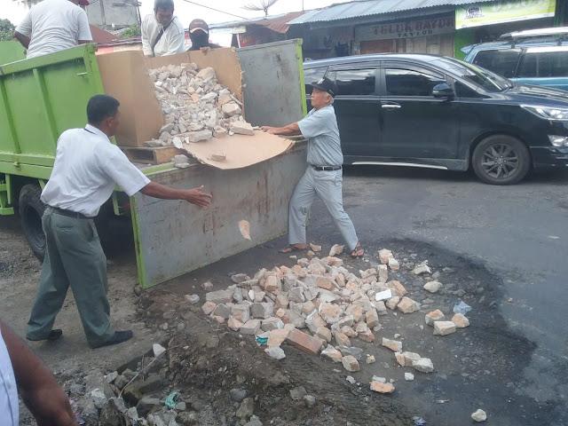 Agar Kendaraan Lalulintas Jalan, PT. STTC Perbaiki Jalan Rusa