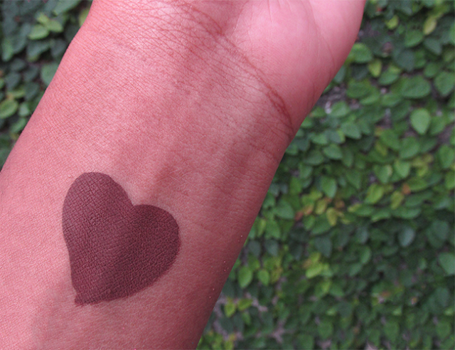 Swatch do batom Limbo da Colouropop na pele negra