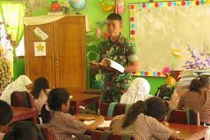 Bantu Dinas Pendidikan, Anggota Satgas Yonif RK 136 Jadi Tenaga Pendidik