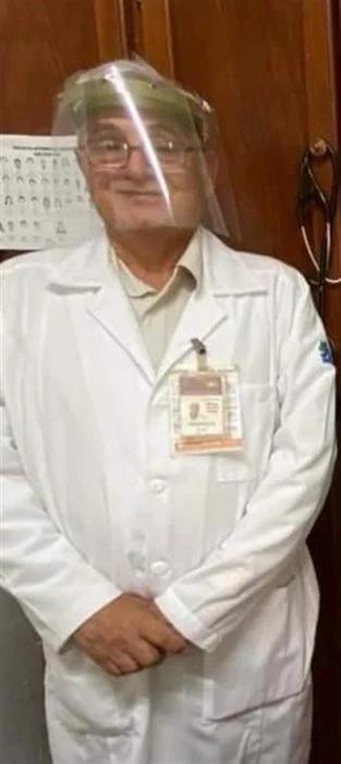 Epidemiólogo come afuera de su casa para proteger a su familia de contagio