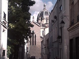 Sainte-Anne de la Butte-aux-Cailles  entre deux rues.