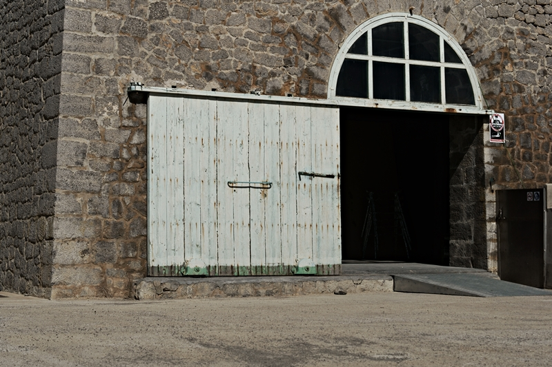 Blog + Fotografie by it's me! - Ses Salines, Ibiza - Hallentor aus Holz
