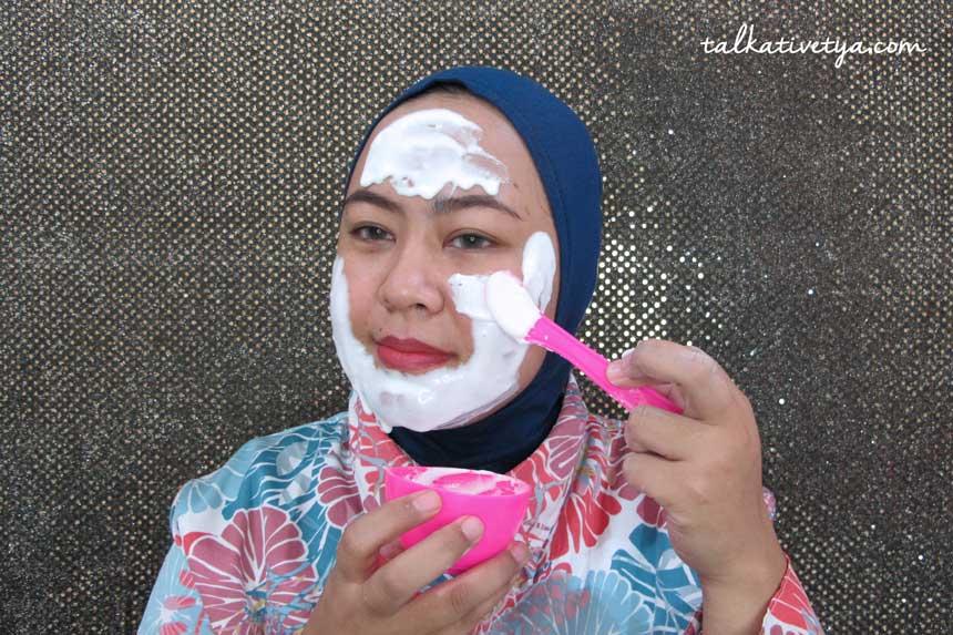 Aplikasi masker dengan menggunakan spatula