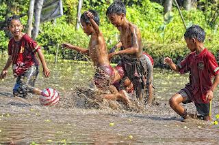 anak anak bermain di luar